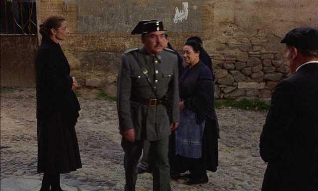 El humor de Buñuel viste a un gitano de guardia civil.