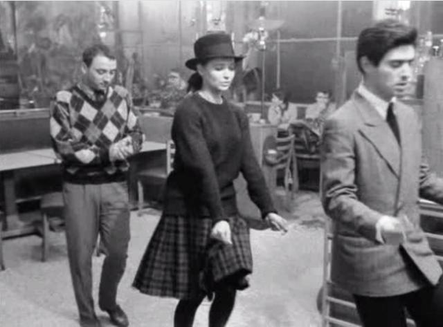 Odile (Anna Karina) conoce a los ladrones aficionados Arthur (Claude Brasseur) y Franz (Sami Frey)