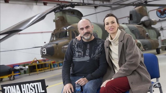 Firma  Nacho Lopez  Pie  El director de Zona hostil   Adolfo Martinez  y la protagonista  Ariadna Gil