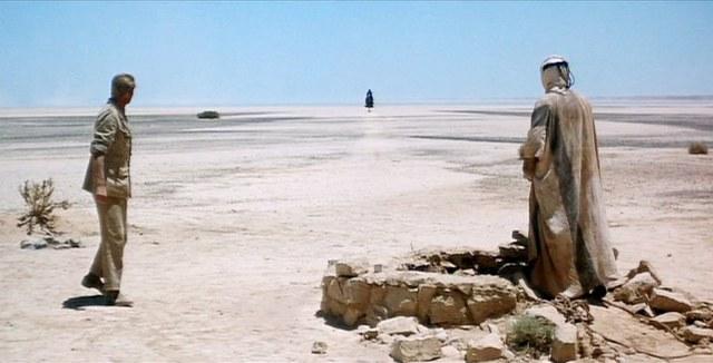 Alí (Omar Sharif) se confunde con un espejismo